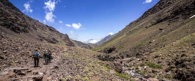 Wandergruppe bei einer Wanderung im Atlasgebirge in Marokko
