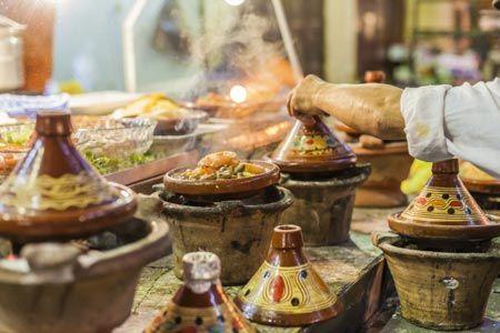 Marokko Stadtleben, Marktstand auf dem Souk von Marrakesch auf dem Djemaa el Fna