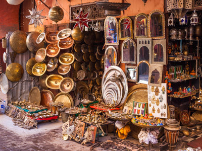 Marokko Kultur und Menschen, tratitionelles Kunsthandwerk auf einem Markt in Marrakesch