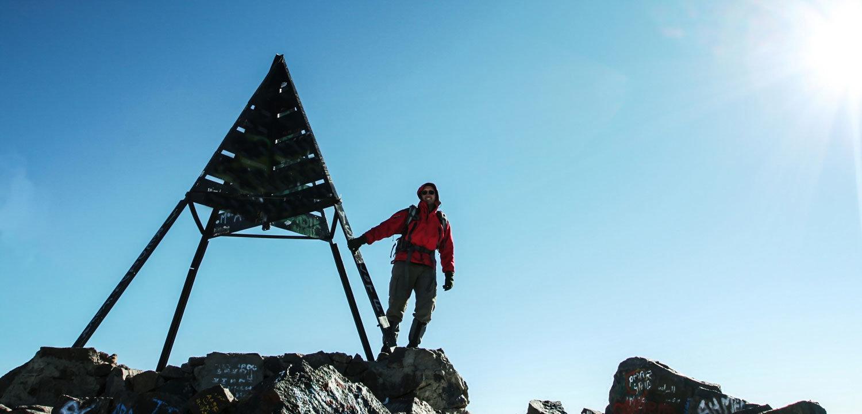 Marokko Adventures Erlebnisreisen, Bergesteiger auf dem Gipfel des Jbel Toubkal auf einer Trekkingtour durch das Atlasgebirge in Marokko