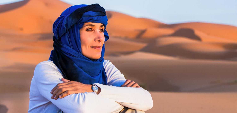 Marokko Adventures Erlebnisreise, Frau in der Sahara während einer Wüstentour durch Marokko