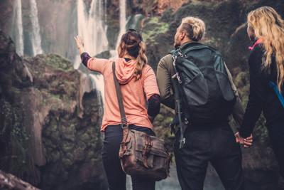 Gruppenreise Marokko, Freunde vor den Wasserfällen von Ouzoud